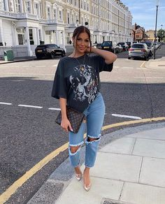 baggy tee & some jeans. Cute Casual Outfits, Retro Outfits, Stylish Outfits, Cute Jean Outfits, Casual Sneakers Outfit, Outfits With Jeans, Baddie Outfits Casual, Vans Outfit, Beauty And Fashion