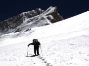 Helden hinterlassen Spuren: der Ende April verunglückte Bergsteiger Ueli Steck, 2009 beim Aufstieg auf den 8463 Meter hohen Makalu-Gipfel. (Bild: Robert Bösch)