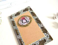 Carnet Kraft de style asiatique, illustré geisha et motifs japonais peints à la main noirs et blancs. : Carnets, agendas par mes-tites-lilis