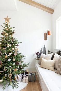 Minimal Christmas, Christmas Mood, Noel Christmas, Modern Christmas, Simple Christmas, Modern Holiday Decor, Natural Christmas, Decoration Christmas, Christmas Tree Decorations