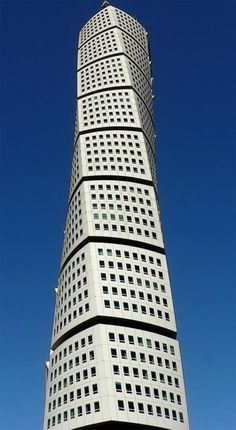 Turning Torso in Malmö - the tallest skyscraper in Sweden designed by the Spanish architect Santiago Calatrava. New Architecture, Classical Architecture, Futuristic Architecture, Beautiful Architecture, Contemporary Architecture, Movement Architecture, Creative Architecture, Sustainable Architecture, Unique Buildings