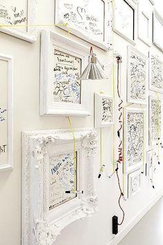 Bianco su bianco, una parete piena di ricordi che richiama il candore dei sogni.