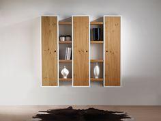 COLONNE SOSPESE struttura in legno laccato bianco con ripiani registrabili. Anta in legno rovere nodato spazzolato, finitura opaca, essenza al grezzo.