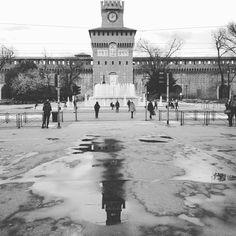Ciao ciao Milano. Non mi hai delusa neanche questa volta. Nonostante i tre giorni di pioggia no stop. Sei elegante e severa rigorosa e gentile ed un po' mi ricordi qualcuno che spesso sa essere queste cose tutte insieme  #igersmilano #milanofashionweek #mfw #milanodavedere #milanocity #castellosforzesco #bw #bw_photooftheday ig_captures #igersitalia #milan #italy #byebyefashionweek by visualfashionist