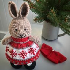 No automatic alt text available. Knitted Bunnies, Knitted Hats, Crochet Hats, Bunny Rabbits, Holiday Fun, Holiday Decor, Little Cotton Rabbits, Knitting Patterns, Knitting Ideas