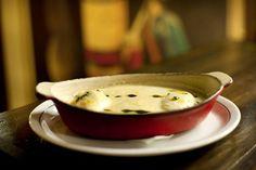 O Bar Astor é conhecido pela boemia. Conheça uma receita muito famosa: ovo pochê com fonduta! Tem passo a passo para fazer o ovo preparado em água certinho.