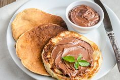 Pancakes with chocolate cream By photos , Chocolate Sauce Recipes, Cream Sauce Recipes, Recipes Using Cooked Chicken, How To Cook Chicken, Chocolate Fondant, Chocolate Cream, Menta Chocolate, Mini Charlotte, Sour Cream Sauce