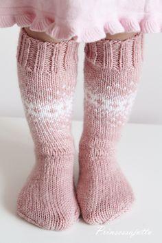 Vielä yhdet villasukat. Ihastuin niin kovasti Marin blogissa olleisiin taaperon villasukkiin, että halusin tehdä sama... Wool Socks, Knitting Socks, Baby Knitting, My Little Girl, Little Princess, Best Baby Socks, Sweet Baby Jane, Fluffy Socks, Kids Socks