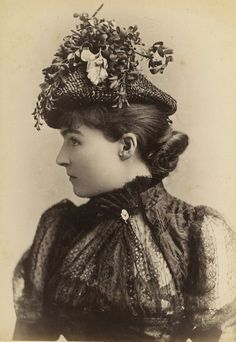 Mrs Cora Brown-Potter, victorian stage actress. Early 1890s. the most amazing dress and hat details ever <3