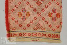 Tæpe vove i skilbragd, med ekstra holkortsystem. Lerretsbotn er ein panama-binding, to i innslag og to i renning. Båe desse av kvitt bomullsgarn. Elles blir det brukt raudt, blått, lysblått, orange, sitrongult, mørk raudt og lys ullgrønt ullgarn i innslag, 3-tr strikkegarn. Eine langsida har smal bomullsjare og andre sida har trådendar av ullinnslaget. Eit botninnslag pr ullinnslag. Påbrodert G.Kveste i nedkanten med korssting. Smetta mønster med hakekors og åttebladroser.