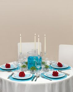Kräftige Tischdekoration in Türkis und Rot mit Wasser – intense red and turquoise wedding table centerpece with carnations and water details – www.weddingstyle.de