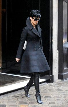 Rihanna in the Beautifully Structured and Well-tailored Black Coat Dress! Mode Style, Style Me, Glam Style, Hair Style, Mode Pop, Robes Glamour, Look Fashion, Womens Fashion, Street Fashion