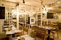 Ésta es la reforma del #Restaurante #Fishop de #Barcelona utilizando nuestros #azulejos #artesanos. Aportan un aire rústico pero muy acogedor. Y el efecto del espejo juega con la sensación de profundidad, ayudado por la luminosidad de los azulejos #blancos.