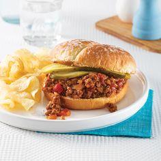 Sloppy Joe à la mijoteuse - 5 ingredients 15 minutes Sloppy Joe, Pulled Pork, Hamburger, Sandwiches, Lunch, Ethnic Recipes, Food, Mini Pains, Mets
