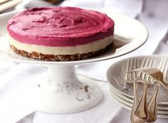 This Raw Cashew Cake is pretty, delicious AND healthy.