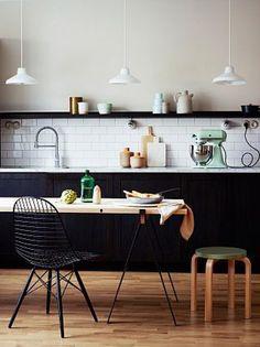 Cocina negra y luminosa al mismo tiempo.