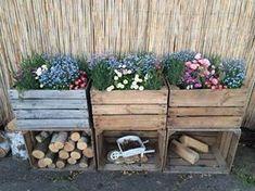 Garden Decoration with Crates - Like Plants . - Garden Care, Garden Design and Gardening Supplies Garden Care, Apple Crates, Apple Boxes, Fruit Crates, Old Boxes, Diy Garden Decor, Balcony Decoration, Garden Decorations, Flower Decorations