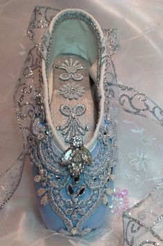 - Cinderella themed pale blue and silver decorated pointe shoe with vintage jewel. OOAK decorated ballet shoe Cinderella themed pale blue and silver decorated pointe shoe with vintage jewel. Pointe Shoes, Toe Shoes, Dance Shoes, Blue Ballet Shoes, Ballerina Shoes, Ballet Tutu, Ballet Dancers, Ballet Beautiful, Shoe Art