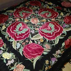 Mantón de Manila auténtico. Seda negra, bordado en seda impecable. Del sigloXX.  | eBay 2500€