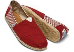 Está claro que si me compro unas zapatillas para este verano (casi seguro) tienen que ser como estas, o totalmente azules, pero que sean unas alpargatas TOMS. / It is clear that if I buy slippers for this summer (almost certainly) they will be like these, or totally blue, but are TOMS espadrilles. @TOMS Freetown Red Men's Classics $54