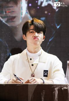 He kill me:> aww Kim Hanbin Ikon, Chanwoo Ikon, Ikon Kpop, Ikon Leader, Fandom Kpop, Ikon Wallpaper, Silly Faces, Kim Dong, Korea