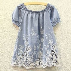 lace trimmed peasant style top///