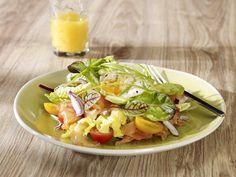 Sałatka sezonowa z plastrami wędzonego łososia norweskiego z jajkiem w koszulce i sosem francuskim