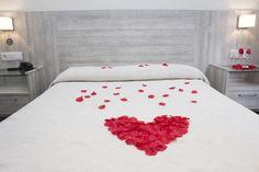 Habitación doble matrimonial con detalle romántico, para compartir con esa persona especial, habitacion renovada, luminosa, con baño privado. #gijon #hotelescentrogijon