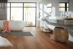 Moderner Designboden als Alternative zu alten Fliesen im Badezimmer. planeo Vinylboden in Holzoptik für ihr Traumbad.