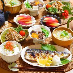 画像に含まれている可能性があるもの:1人、食べ物 Japanese Dinner, Japanese Food, Dinner Sets, Food Menu, Food Plating, Asian Recipes, Love Food, Great Recipes, Food Photography