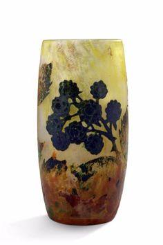 """DAUM NANCY Vase à corps cylindrique en verre doublé à décor dégagé à l'acide de mûres sur fond jaune nuancé. Signé """"Daum Nancy"""". Vers 1900. H: 12,5 cm - Aguttes - 23/03/2017"""