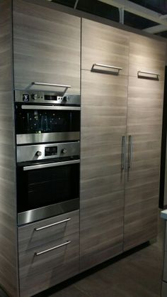 Hermosa cocina con empotrado de nevera horno y microondas - Colgar microondas cocina ...