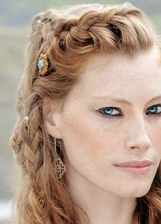 Vikings History - braids for persona? Vikings History - braids for persona? Vikings Season 4, Vikings Tv Show, Girl Hairstyles, Braided Hairstyles, Bracelet Viking, Viking Jewelry, Estilo Tribal, Medieval Hairstyles, Viking Braids