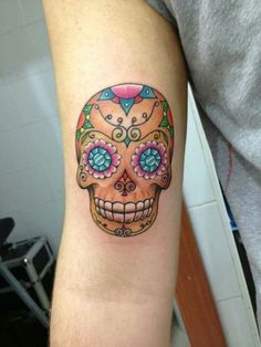 love this sugar skull tat Feminine Skull Tattoos, Candy Skulls, Sugar Skulls, Arm Sleeve Tattoos, Skull And Bones, Tattoo Inspiration, I Tattoo, Tatoos, Tatting