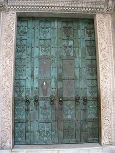 Porte bronzee di monte sant 39 angelo al gargano donate - Di trani porte ...
