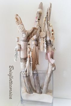Discover recipes, home ideas, style inspiration and other ideas to try. Twig Crafts, Nature Crafts, Decor Crafts, Arts And Crafts, Painted Driftwood, Driftwood Art, Boho Diy, Boho Decor, Spirit Sticks