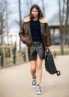 saia de couro preta, tricot azul marinho e jaqutea de couro marrom com pelos