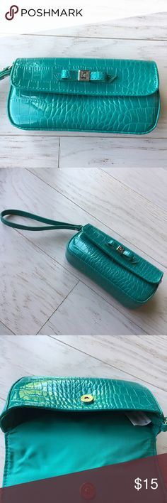 🔴 Liz Claiborne Turquoise Wristlet 🔴THIS ITEM SHIPS FROM MICHIGAN - BUNDLE ACCORDINGLY🔴   Turquoise faux alligator skin wristlet. Used once. Perfect condition. Comfortably fits an iPhone 6/6s in addition to other small accessories.   📬 Same day/1 day shipper 🚭 Smoke free/pet free home 👍🏻 Offers are welcome ⁉️ Questions and comments are welcome 🚫 No trades Liz Claiborne Bags Clutches & Wristlets