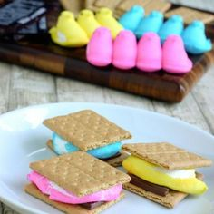 How to Make Easter S'mores With Peeps. What could be better than combining two great childhood food memories to create a delicious and colorful Easter treat? You can add S'mores with Peeps to your children's Easter baskets or serve them. Easter Peeps, Easter Treats, Easter Food, Easter Bunny, Easter Party, Hoppy Easter, Easter Snacks, Easter Table, Easter Stuff