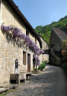 Ruelle de Baume-les-Messieurs, l'un des Plus Beaux Villages de France  Jura France  #JuraTourisme #Jura