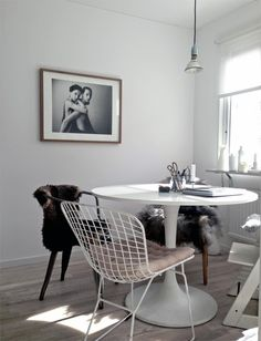 Dining room with Bertoia chair, Tulip table, sheepskin and picture on the wall. Pella Hedeby. STIL INSPIRATION.