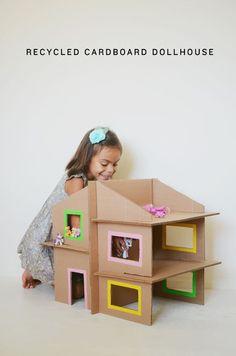 Esta casinha pode ser feita sem dificuldade com caixas de papelão, cola e fita adesiva colorida (vendida em papelarias) para os mais ca...