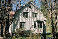 1920-talsvilla med flera tidstypiska drag som oxöga, locklistpanel, spröjsade fönster med mittpost, hörnpilastrar och putsad sockel.
