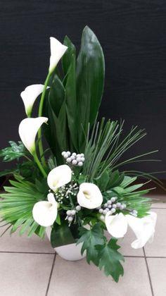 Callas and leaves Contemporary Flower Arrangements, Tropical Floral Arrangements, Large Flower Arrangements, Flower Arrangement Designs, Vase Arrangements, Altar Flowers, Church Flowers, Funeral Flowers, Table Flowers