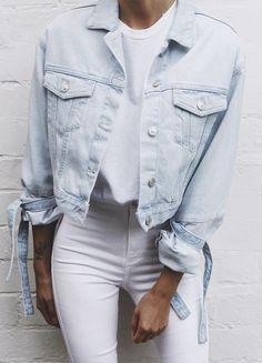 calça jeans branca, camsieta branca e jaqueta jeans clara
