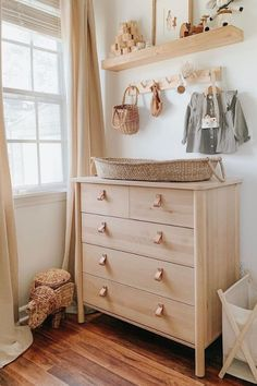 We are sharing stylish and smart changing table ideas for the nursery.When designing baby's room, one of the most essential zones is setting up a functional diaper changing station for quick and easy diaper changes. Baby Nursery Decor, Baby Bedroom, Nursery Neutral, Baby Decor, Project Nursery, Ikea Baby Room, Nursery Ideas, Nursery Themes, Small Baby Nursery
