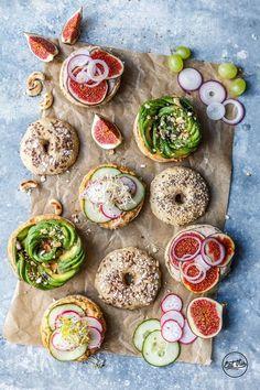 Vegane Vollkorn-Bagel mit Hummus