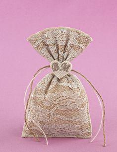 Μπομπονιέρα Γάμου Πουγκί με Λινάτσα και Δαντέλα και Μονογράμματα σε Καρδιά
