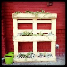 Repurposed pallet planter | The Micro Gardener www.themicrogardener.com