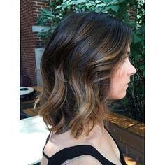 Puedes ser morena-rubia. | 21 Delicadas ideas para aclarar tu cabello sin…
